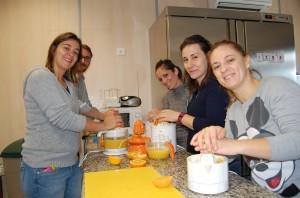 Las familias exprimiendo el zumo de naranja