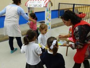 INMA(IGUALDAD) Y Mª ÁNGELES(PAZ)  PINTAN LAS MANOS DE LOS NIÑOS